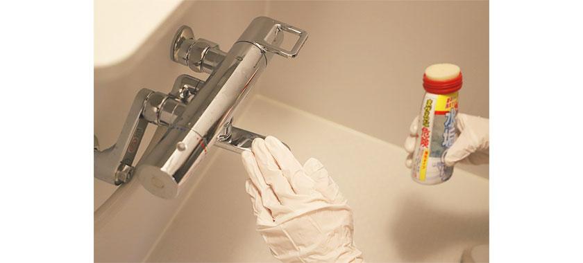 水垢のりを蛇口に塗り、ゴム手袋でなで洗い